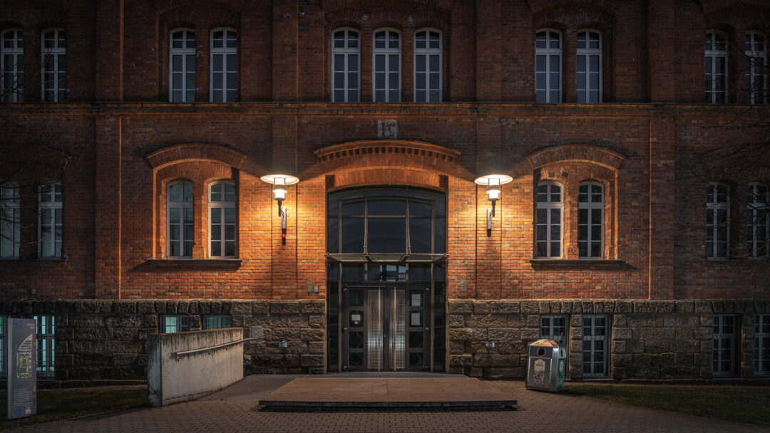 Eingang Gebäude 51 Hochschule Ansbach / 20200318054359